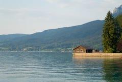 Maison de lac photos libres de droits