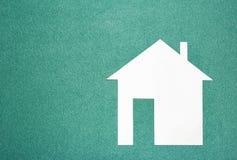 Maison de livre blanc sur le fond bleu vert Concept à la maison Maison modèle de papier sur le fond vert texturisé Images libres de droits
