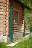 Maison de logarithme naturel en bois dans le village image stock