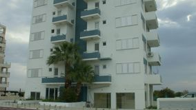 Maison de logement ayant beaucoup d'étages vide à station touristique Crise sur le marché de loyer d'immobiliers clips vidéos