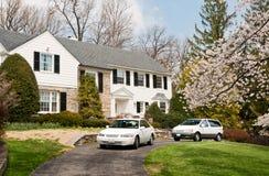 Maison de luxe avec deux véhicules dans l'allée dans le Maryland Photos stock