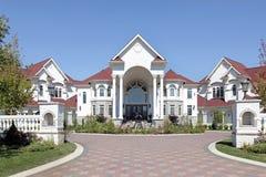 Maison de luxe avec l'entrée arquée Image libre de droits