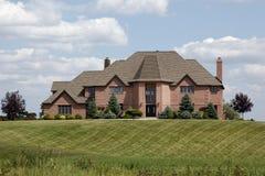 Maison de luxe avec la pelouse manicured Photographie stock