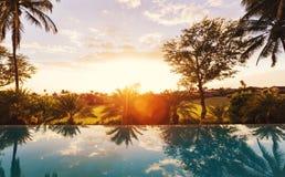 Maison de luxe avec la piscine au coucher du soleil photo libre de droits