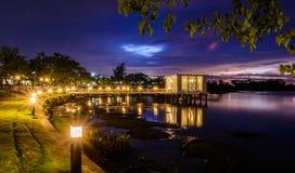 Maison de luxe avec la vue d'océan magnifique de nuit à Vancouver Images libres de droits