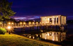 Maison de luxe avec la vue d'océan magnifique de nuit à Vancouver Images stock