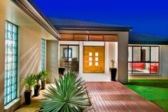 Maison de luxe avec les trappes en bois Images libres de droits