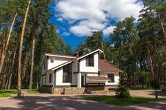 Maison de luxe dans la forêt Photos libres de droits