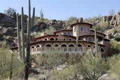 Maison de luxe dans le désert avec le cactus Photographie stock libre de droits
