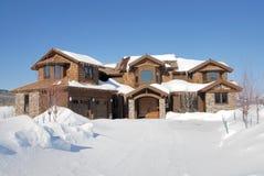 Maison de luxe dans les montagnes rocheuses Photographie stock libre de droits