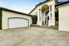 Maison de luxe extérieure avec le porche concret de plancher avec des colonnes Photos stock