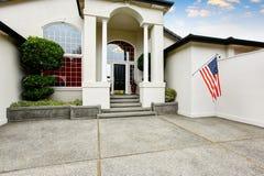 Maison de luxe extérieure avec le porche concret de plancher avec des colonnes Photographie stock