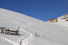 Maison de montagne dans un horizontal neigeux Photo libre de droits