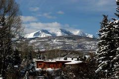 Maison de montagne rocheuse images libres de droits