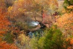 Maison de moulin de source de ruelle dans l'automne Photo stock