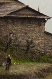 Maison de Nepali et femme en pierre de paysan, trekking à l'Annapurna photos stock