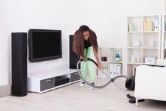 Femme nettoyant la maison avec l 39 aspirateur images stock image 34031004 - Maison de l aspirateur ...