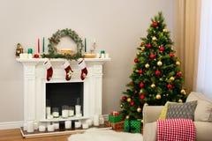 Maison de nouvelle année avec l'arbre fin plein des jouets colorés photographie stock