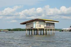 Maison de pêcheur de l'Asie sur la mer de la Thaïlande Photo stock