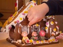 Maison de pain d'épice avec Hansel et Gretel images libres de droits