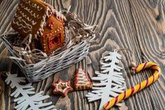 Maison de pain d'épice Bonbons à vacances de Noël Traditions européennes de vacances de Noël Maison de pain d'épice de Noël et dé Images stock