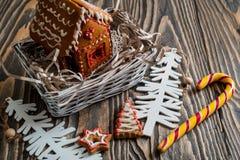 Maison de pain d'épice Bonbons à vacances de Noël Traditions européennes de vacances de Noël Maison de pain d'épice de Noël et dé Photos stock