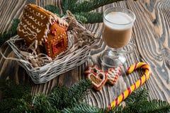 Maison de pain d'épice Bonbons à vacances de Noël Traditions européennes de vacances de Noël Maison de pain d'épice de Noël et dé Image libre de droits