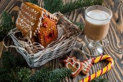 Maison de pain d'épice Bonbons à vacances de Noël Traditions européennes de vacances de Noël Maison de pain d'épice de Noël et dé Photo stock