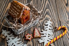 Maison de pain d'épice Bonbons à vacances de Noël Traditions européennes de vacances de Noël Maison de pain d'épice de Noël et dé Images libres de droits