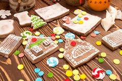 Maison de pain d'épice de Noël de création Parties multicolores de genièvre Images libres de droits