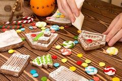 Maison de pain d'épice de Noël de création Parties multicolores de genièvre Photo stock