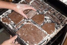 Maison de pain d'épice de préparation pour la célébration de nouvelle année de Noël Photographie stock libre de droits