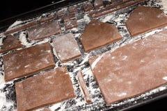 Maison de pain d'épice de préparation pour la célébration de nouvelle année de Noël Photo libre de droits