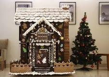 Maison de pain d'épice et arbre de Noël Image libre de droits