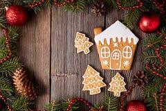 Maison de pain d'épice et biscuits de sapins Images stock