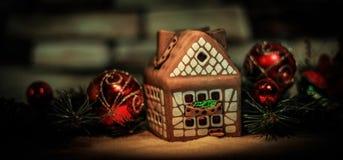 Maison de pain d'épice et décorations de Noël sur le backgrou de fête Photo libre de droits