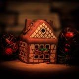 Maison de pain d'épice et décorations de Noël sur le backgrou de fête Images stock