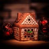 Maison de pain d'épice et décorations de Noël sur le backgrou de fête Photos stock
