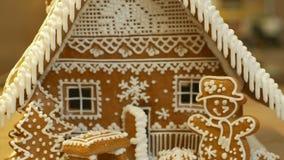 Maison de pain d'épice et gâteau de cottage beau, arbre avec des maisons et bonhomme de neige, décoré d'un glaçage blanc de confi photos stock