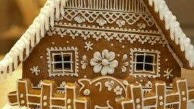 Maison de pain d'épice et gâteau de cottage beau, une barrière avec une tirelire, décorée d'un glaçage blanc de confiserie avec images libres de droits
