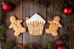 Maison de pain d'épice, homme et biscuits de femme Photographie stock libre de droits