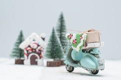 Maison de pain d'épice de jouet dans l'esprit de ville et de motocyclette d'arbres de Noël image stock