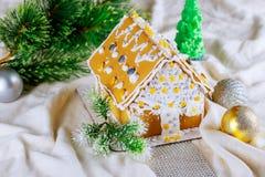 Maison de pain d'épice sur le fond de fête de neige de Noël Image libre de droits