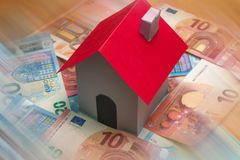 Maison de papier sur d'euro billets de banque Image stock