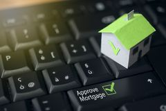 Maison de papier sur un clavier d'ordinateur : hypothèque et concept de prêt Photos stock
