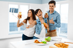 Maison de partie Amis prenant Selfie, célébrant des vacances Friendsh Images stock