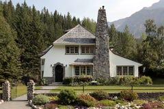 Maison de pays avec la grande cheminée de brique photos libres de droits