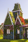 Maison de paysage de fond belle de jardin de miracle de fleurs, Dubaï Photo libre de droits