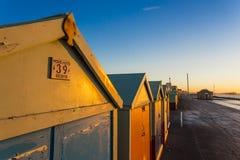 Maison de plage colorée de hutte de plage de Brighton le long de la côte de Brighton Pier Image stock