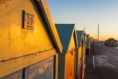 Maison de plage colorée de hutte de plage de Brighton le long de la côte de Brighton Pier Photographie stock